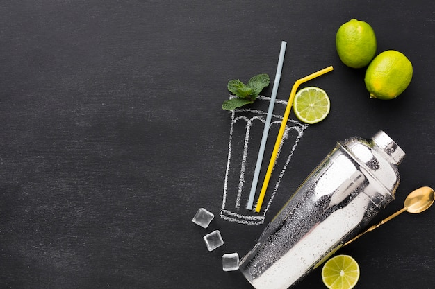 Vue de dessus du verre à cocktail dessiné avec shaker et espace copie
