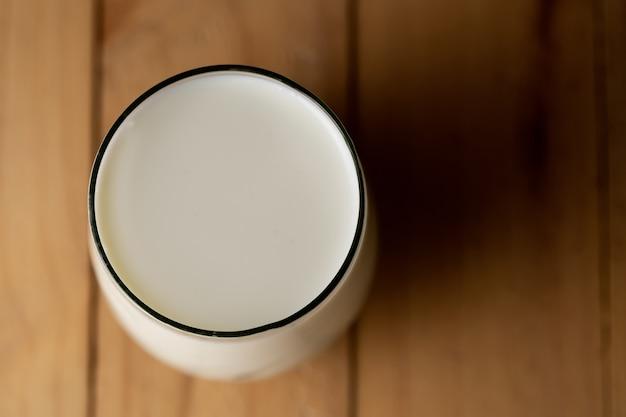 Vue de dessus du verre de lait