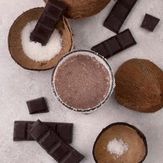 Vue de dessus du verre de milkshake au chocolat avec noix de coco