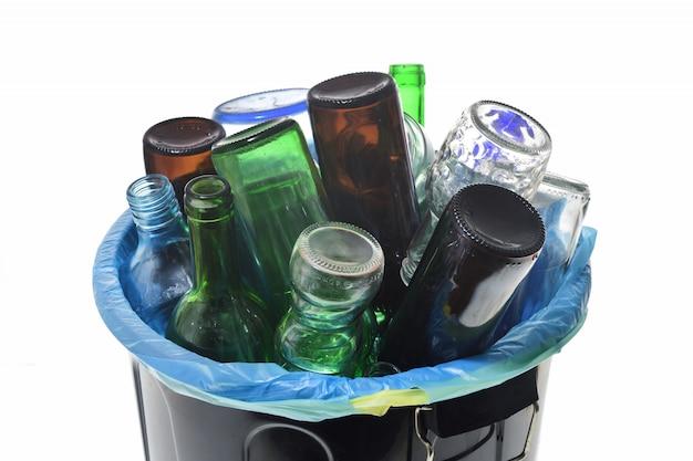 Vue de dessus du verre de recyclage sur blanc