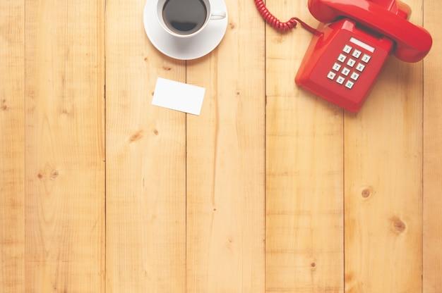 Vue de dessus du vieux téléphone rouge