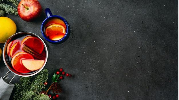 Vue de dessus du vin chaud dans une casserole sur fond sombre