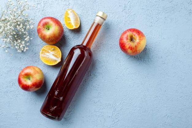 Vue de dessus du vinaigre de pomme en bouteille sur fond blanc jus de fruits couleur photo boisson fraîche nourriture aigre