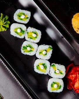 Vue de dessus du wasabi au fromage à la crème et au fromage au riz et à l'avocat maki