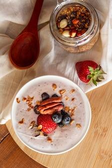 Vue de dessus du yogourt savoureux aux noix