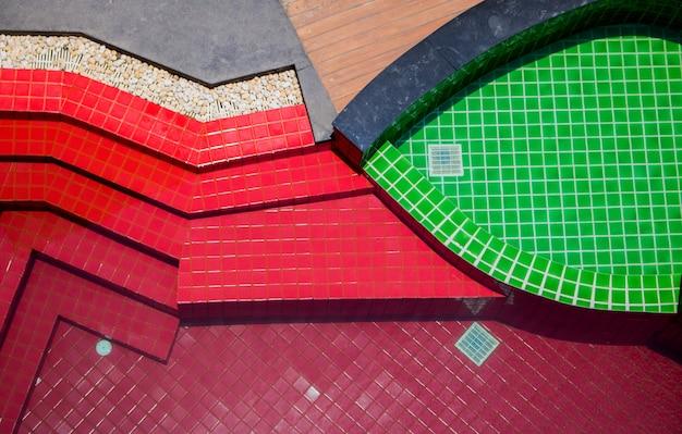 Vue de dessus de l'eau de la piscine avec une texture rouge et verte.