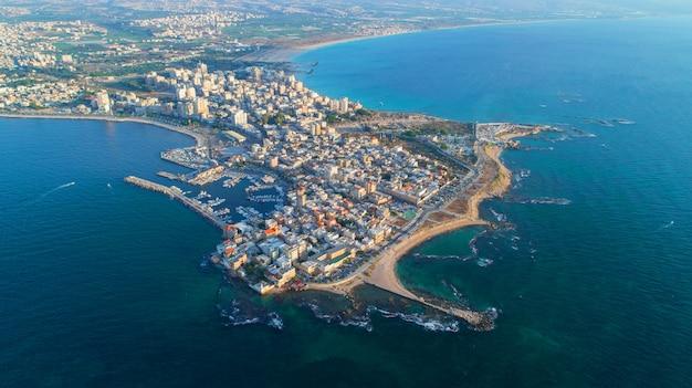 Vue de dessus de l'eau près de la ville de pneu de plage au liban