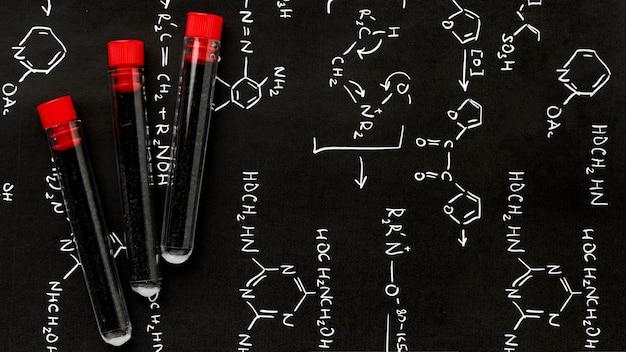 Vue de dessus des échantillons de sang sur les formules de chimie