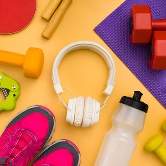 Vue de dessus des écouteurs avec les essentiels du sport