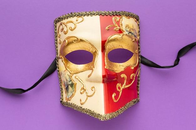 Vue de dessus élégant masque doré et rouge