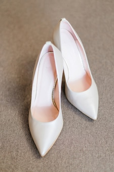 Vue de dessus d'élégantes chaussures de mariage à talons hauts. fermer.