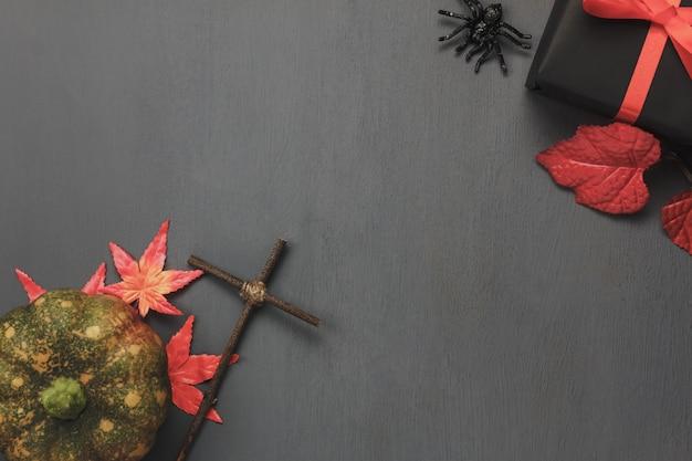 Vue de dessus éléments d'automne sur fond sombre