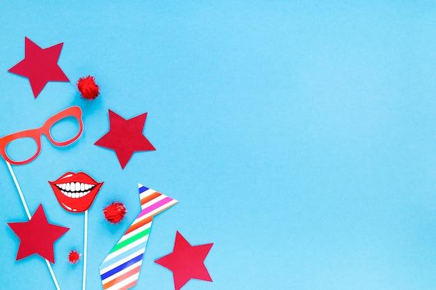 Vue de dessus des éléments essentiels du carnaval et de l'espace de copie