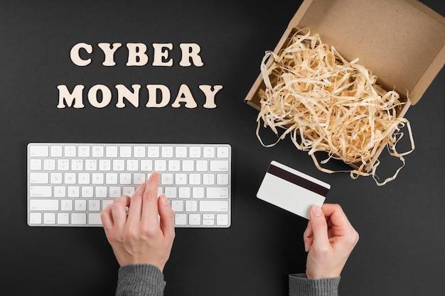Vue de dessus des éléments de l'événement cyber lundi avec texte
