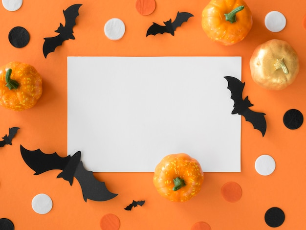 Vue de dessus des éléments d'halloween avec des citrouilles et des chauves-souris