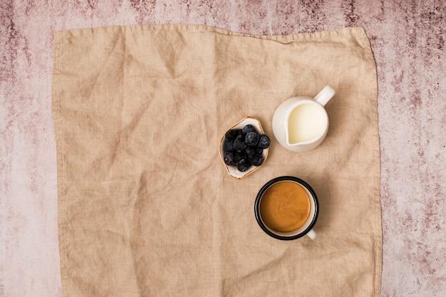 Vue de dessus des éléments de petit déjeuner
