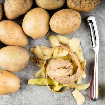 Vue de dessus des éléments de pommes de terre épluchées