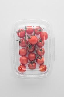 Vue de dessus de l'emballage en plastique avec des tomates