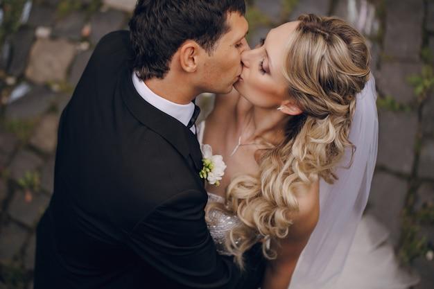 Vue de dessus embrasser les jeunes mariés