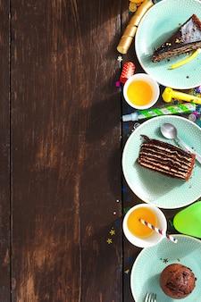 Vue de dessus enfants anniversaire table gâteau au chocolat décoration parti surface