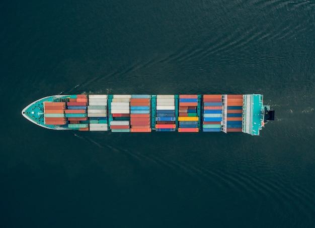 Vue de dessus d'un énorme porte-conteneurs flottant dans la mer