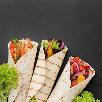 Vue de dessus enroulements de tortilla mexicaine avec espace de copie