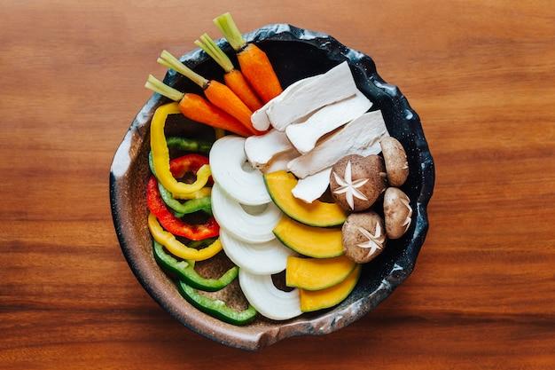 Vue de dessus de l'ensemble de légumes yakiniku (viande grillée).