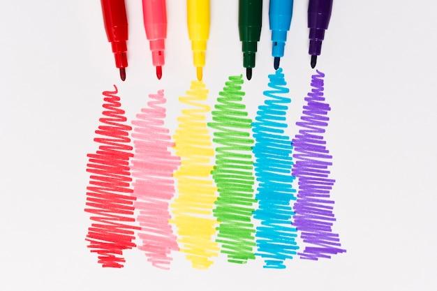 Vue de dessus ensemble de marqueurs aux couleurs de l'arc-en-ciel