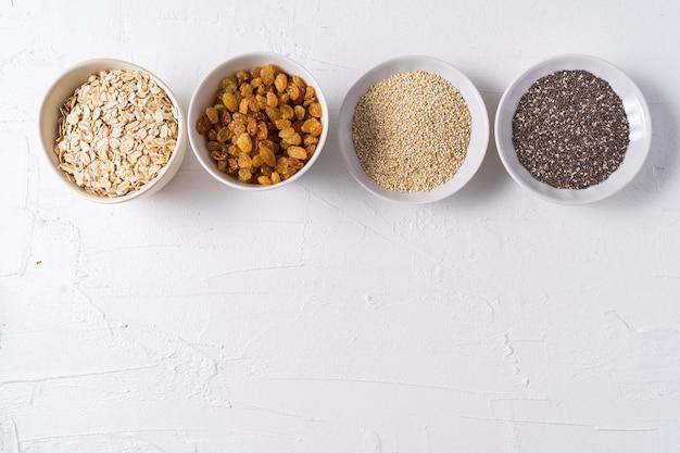 Vue de dessus l'ensemble des superfoods dans des bols sur fond blanc et espace de la copie.