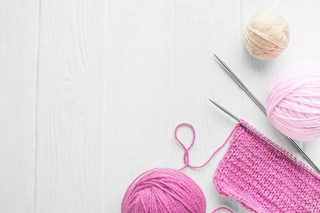 Vue de dessus de l'ensemble de tricot avec espace copie
