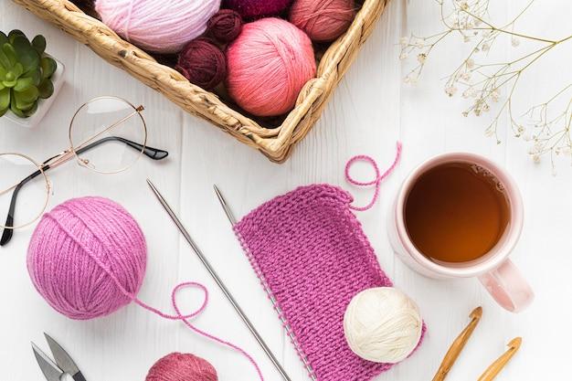 Vue de dessus de l'ensemble à tricoter avec du thé et du fil