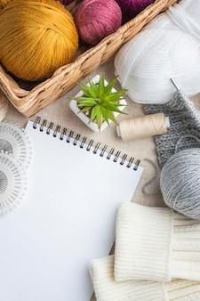 Vue de dessus de l'ensemble à tricoter avec fil et panier