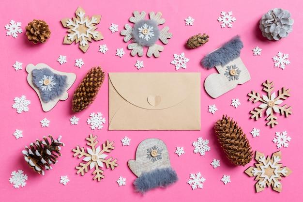 Vue de dessus de l'enveloppe de l'artisanat, des jouets de vacances et des décorations rose noël.