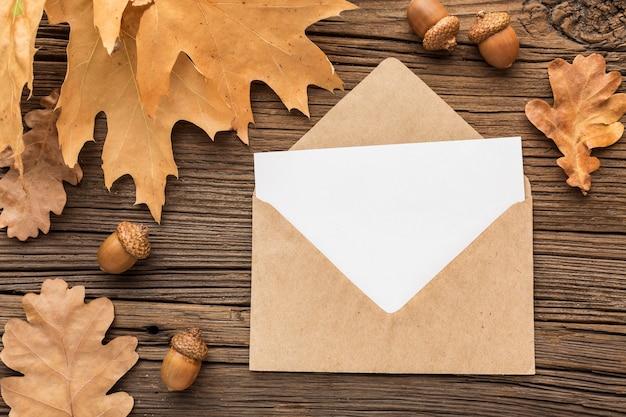 Vue de dessus de l'enveloppe avec des feuilles d'automne