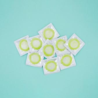 Vue de dessus enveloppé de préservatifs sur fond bleu