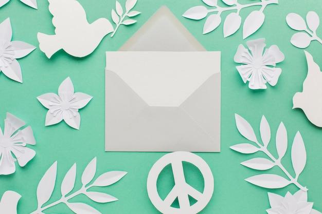 Vue de dessus de l'enveloppe avec signe de paix et colombe en papier