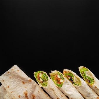 Vue de dessus des enveloppements de burrito avec espace copie