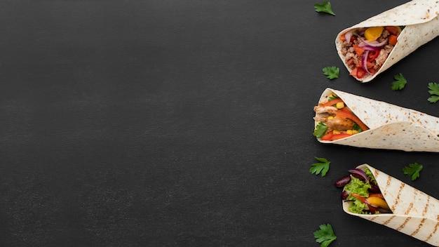 Vue de dessus des enveloppements de tortilla fraîche avec espace de copie