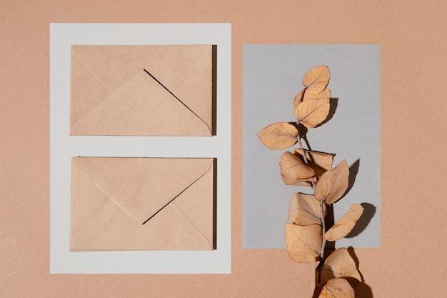 Vue de dessus des enveloppes avec des feuilles