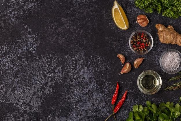 Vue de dessus sur les épices, les herbes et l'huile d'olive