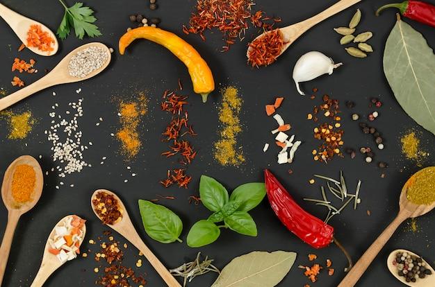 Vue de dessus des épices et des piments sur fond noir