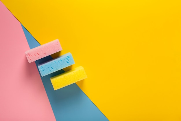 Vue de dessus d'éponges colorées avec espace de copie