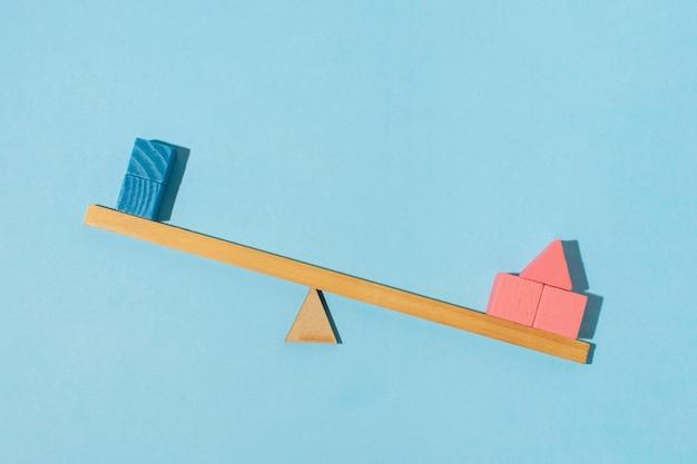 Vue de dessus équilibre et cubes sur fond bleu