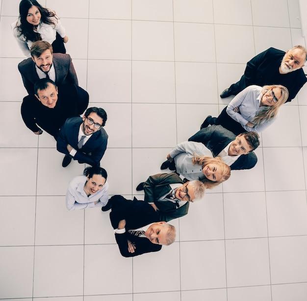Vue de dessus. équipe commerciale souriante en regardant la caméra. concept d'entreprise.