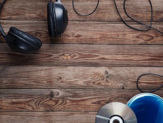 Vue de dessus de l'équipement du lecteur cd de musique sur un bureau en bois