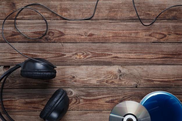 Vue de dessus de l'équipement de lecteur cd de musique sur un bureau en bois