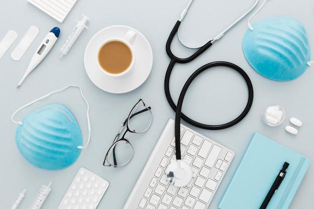 Vue de dessus de l'équipement médical sur le bureau