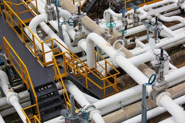 Vue de dessus de l'équipement de l'usine de raffinerie pour les vannes de pétrole et de gaz de pipeline à la soupape de sécurité de pression de l'usine de gaz sélective