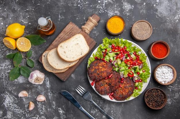 Vue de dessus des escalopes de viande avec salade et pain