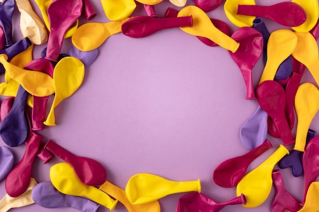 Vue de dessus de l'espace de copie de ballons colorés